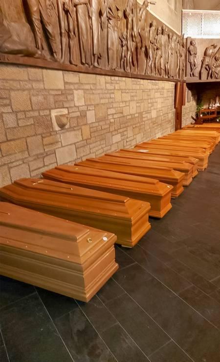 Caixões alinhados em uma capela em Bergamo, antes de serem transportados para a cremação Foto: STRINGER / AFP