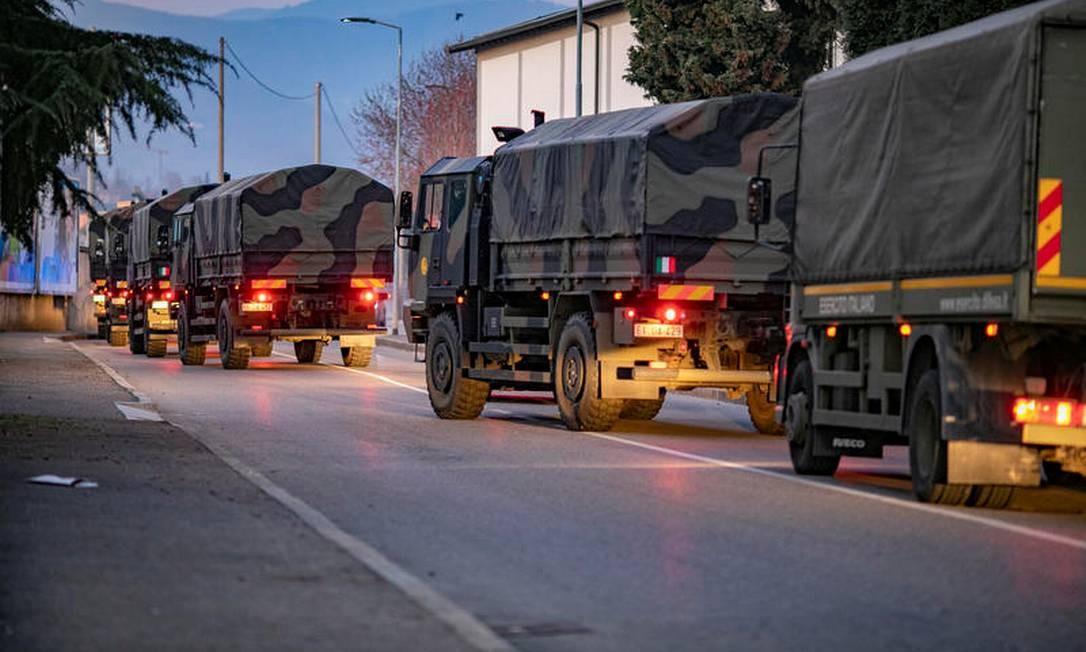Ao todo, 15 caminhões e 50 soldados foram mobilizados para transferir corpos para províncias vizinhas Foto: Sergio Agazzi.Fotogramma / via REUTERS