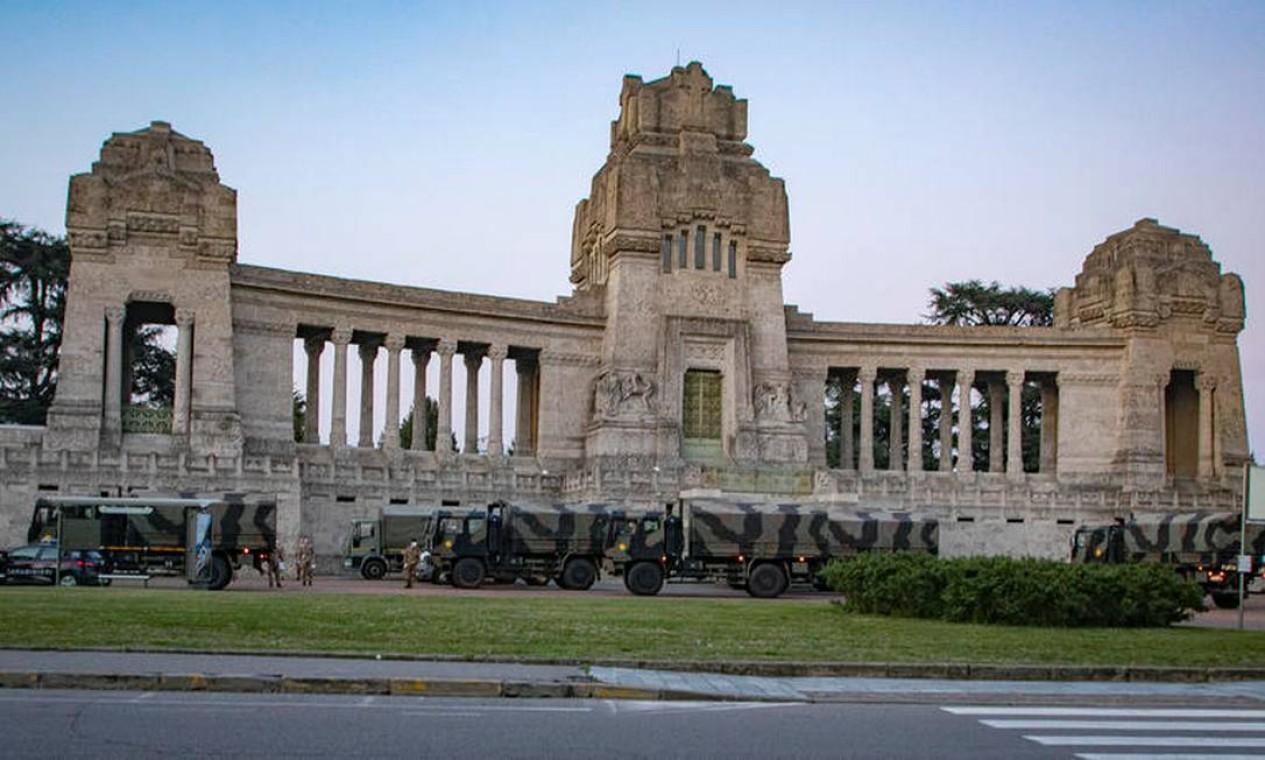 Caminhões e soldados militares italianos são vistos no cemitério de Bergamo. Serviços funerários da cidade estão sobrecarregados, e exército foi enviado para mover caixões para províncias vizinhas Foto: Sergio Agazzi.Fotogramma / via REUTERS