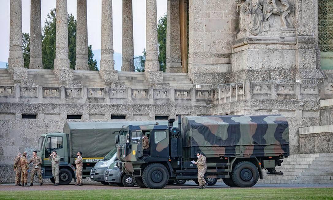 Caminhões e soldados militares italianos são vistos no cemitério de Bergamo para remoção de caixões de vítimas da pandemia do novo coronavírus Foto: Sergio Agazzi.Fotogramma / via REUTERS