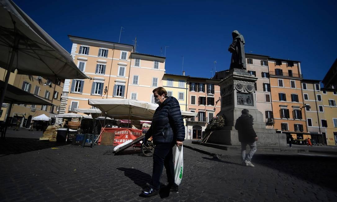Uma mulher atravessa a praça do mercado Campo dei Fiori. Segundo as estatísticas, poucos idosos vivem em residências para a terceira idade Foto: FILIPPO MONTEFORTE / AFP