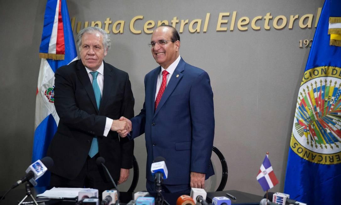 O secretário-geral da Organização dos Estados Americanos, Luis Almagro, e o presidente do quadro eleitoral central, Julio Cesar Castano Foto: ERIKA SANTELICES / AFP
