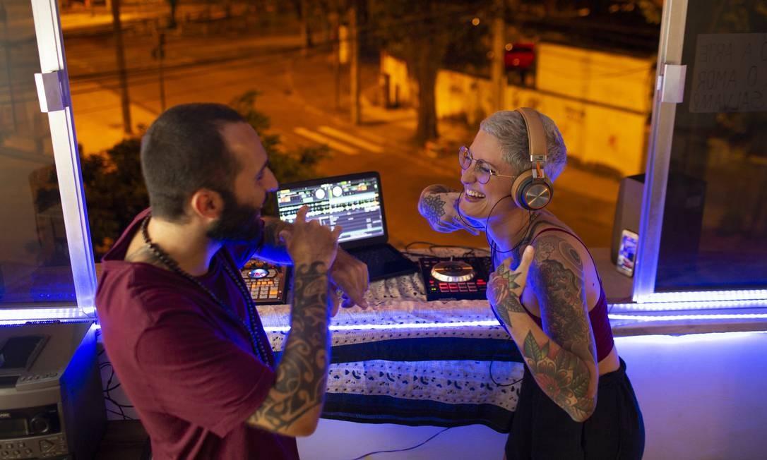 DJ Luisa Feijó, de 26 anos, e o beatmaker Gabriel Lossio, de 28 anos, tocam da janela do apartamento, na Tijuca, Zona Norte do Rio, durante período de isolamento Foto: Gabriel Monteiro / Agência O Globo