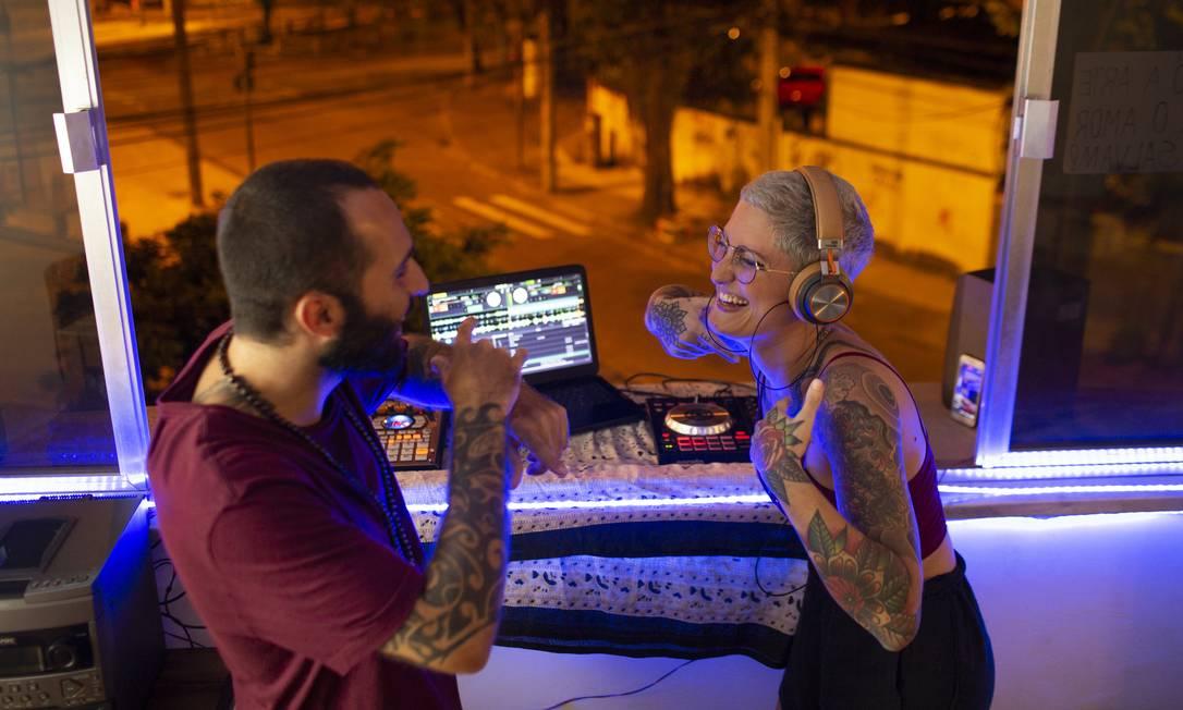 DJ Luisa Feijó, de 26 anos, e o beatmaker Gabriel Lossio, de 28, tocam da janela do apartamento, na Tijuca, Zona Norte do Rio, durante período de isolamento Foto: Gabriel Monteiro / Agência O Globo