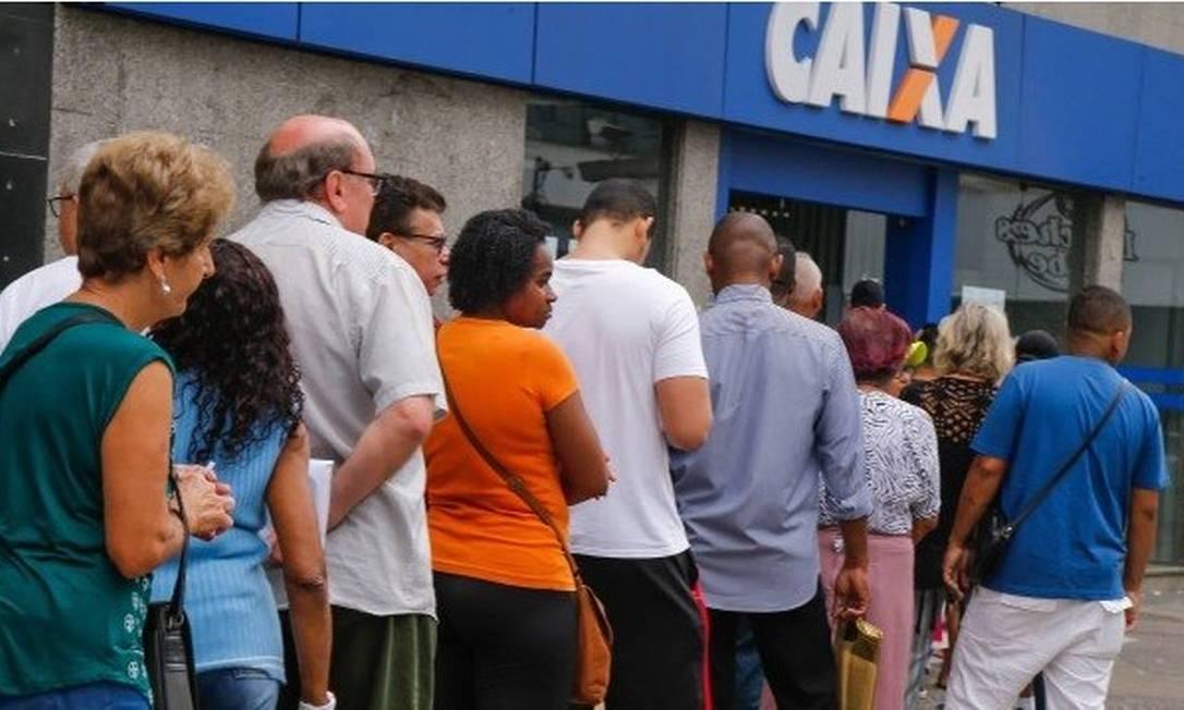 Caixa adotou um escalonamento no acesso de clientes ao interior das agências Foto: Marcelo Régua / Agência O Globo