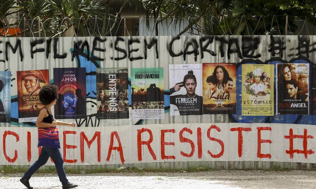 Cartazes de filmes nacionais afixados em mural na frente da sede da Ancine, no centro do Rio, em dezembro de 2019 Foto: Gabriel de Paiva / Agência O Globo