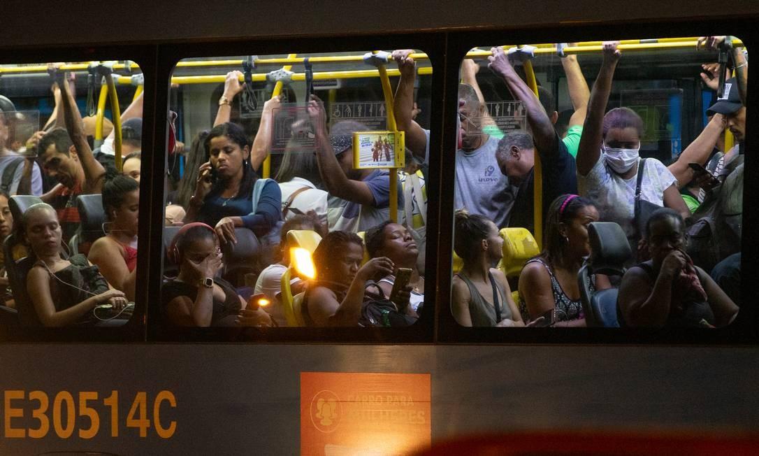 BRT continua circulando lotado no Rio de Janeiro Foto: ROBERTO MOREYRA