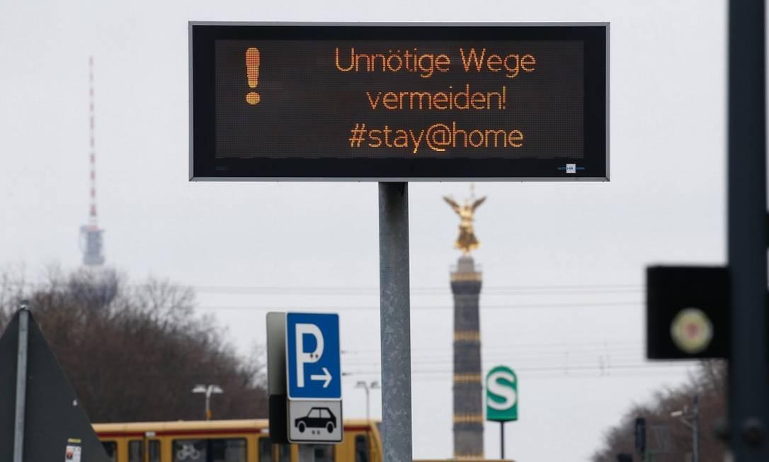 Placa de trânsito em Berlim alerta população a ficar em casa Foto: MICHELE TANTUSSI / REUTERS / 20-03-2020