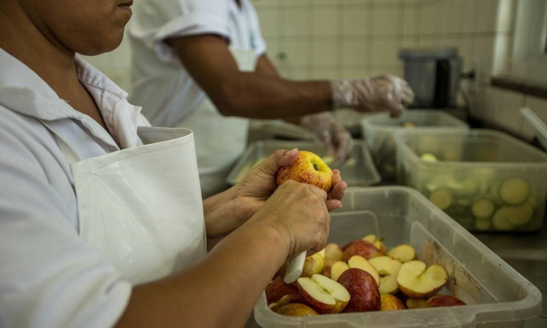 Funcionárias auxiliam na preparação da merenda escolar no Rio de Janeiro Foto: Brenno Carvalho / Agência O Globo