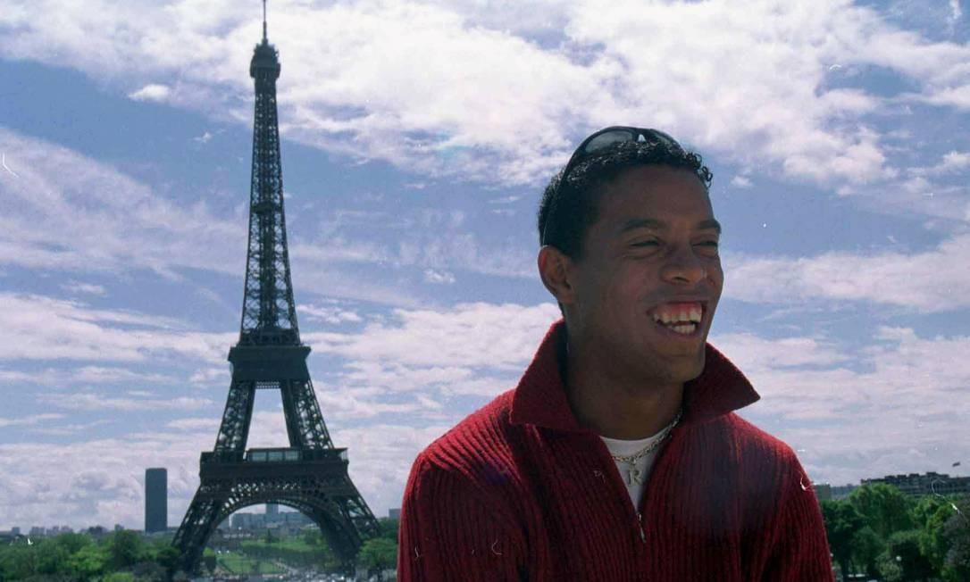 Em Paris, Ronaldinho teve problemas com o treinador Luis Fernández, que reclamava das noitadas do jogador. Dois anos depois, Gaúcho deixou o clube Foto: Américo mariano / Agência O Globo