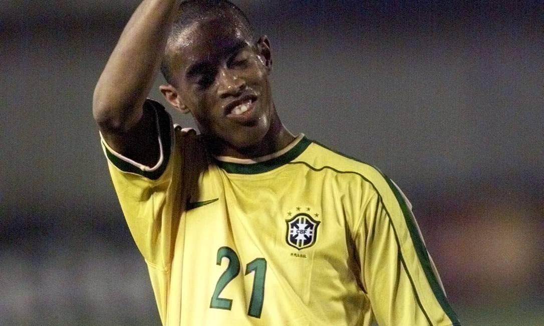 Já em 1999, Ronaldinho defendeu a Seleção Brasileira principal na Copa América no Paraguai Foto: Daniel Jayo / Agência O Globo