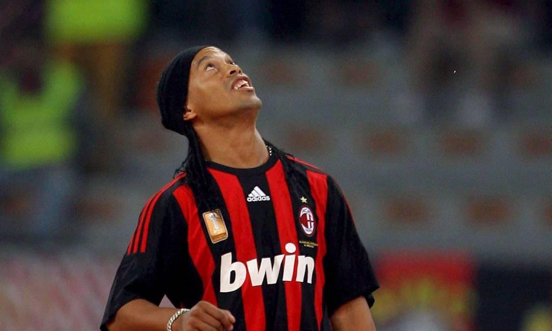 Ronaldinho foi apresentado no Milan no dia 17 de julho de 2008, num estádio San Siro lotado. Foto: Jennifer Lorenzeni / Agência O Globo