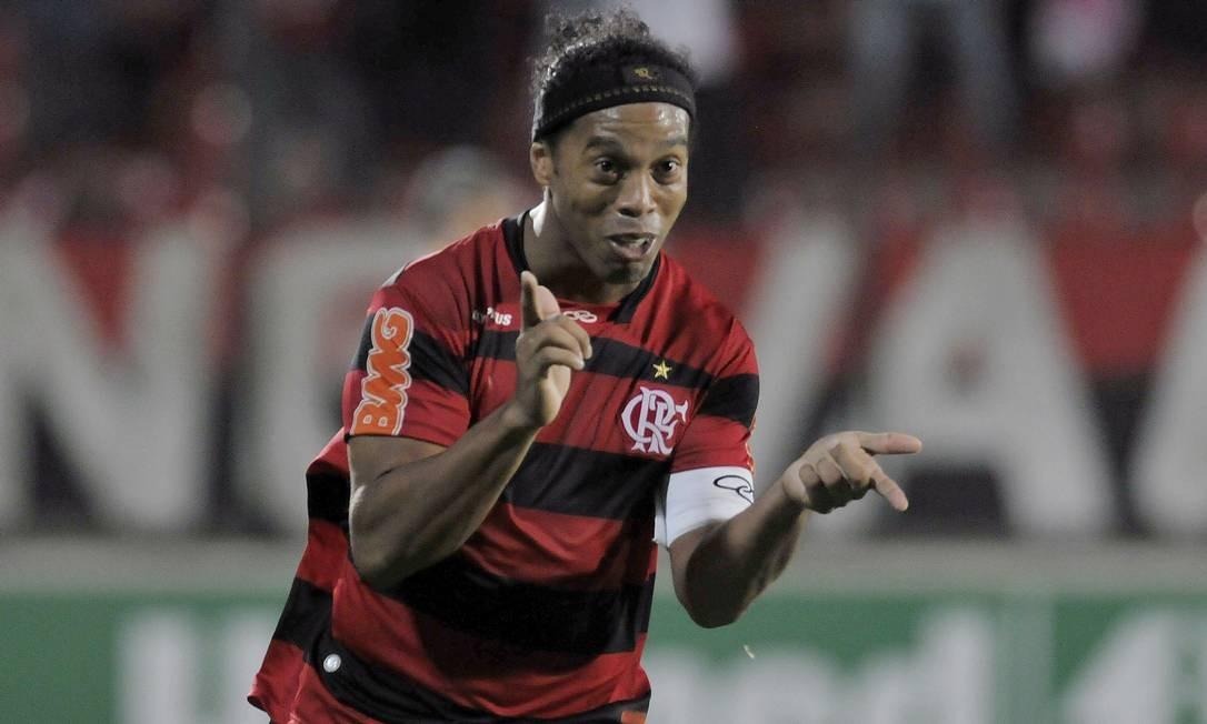 Instaisfeito no banco do Milan, Ronaldinho voltou ao Brasil, em 2011. O destino foi o Flamengo. Foto: Pedro Vilela / Agência O Globo