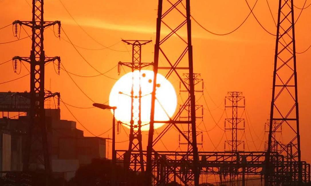 Linhas de transmissão de energia, na altura de Nova Iguaçu Foto: Cléber Júnior / Agência O Globo