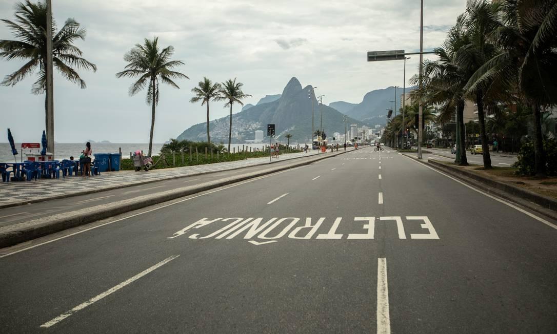 Avenida Vieira Souto, em Ipanema, na Zona Sul do Rio. Sem trânsito e com praia vazia Foto: Brenno Carvalho / Agência O Globo