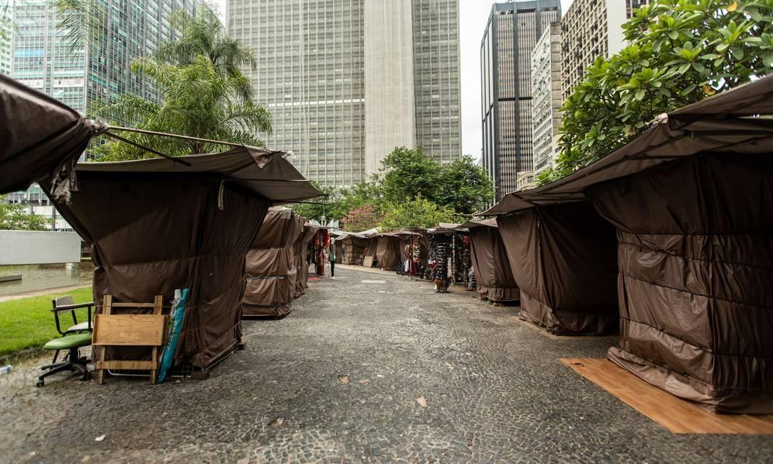 Camelôs fechados no Largo da Carioca, no Centro Foto: Brenno Carvalho / Agência O Globo