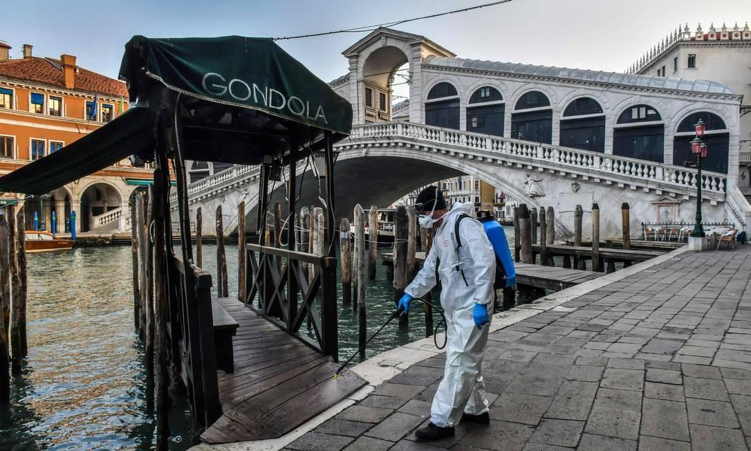 Funcionário higieniza ruas de Veneza, na Itália, uma das cidades afetadas pelo coronavírus. Foto: MARCO SABADIN / AFP