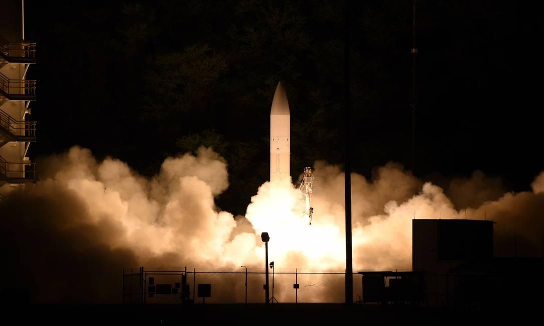 Imagem mostra míssil de transporte, levando o protótipo de uma arma hipersônica dos EUA, sendo lançado de uma base militar no Havaí Foto: OSCAR SOSA / AFP