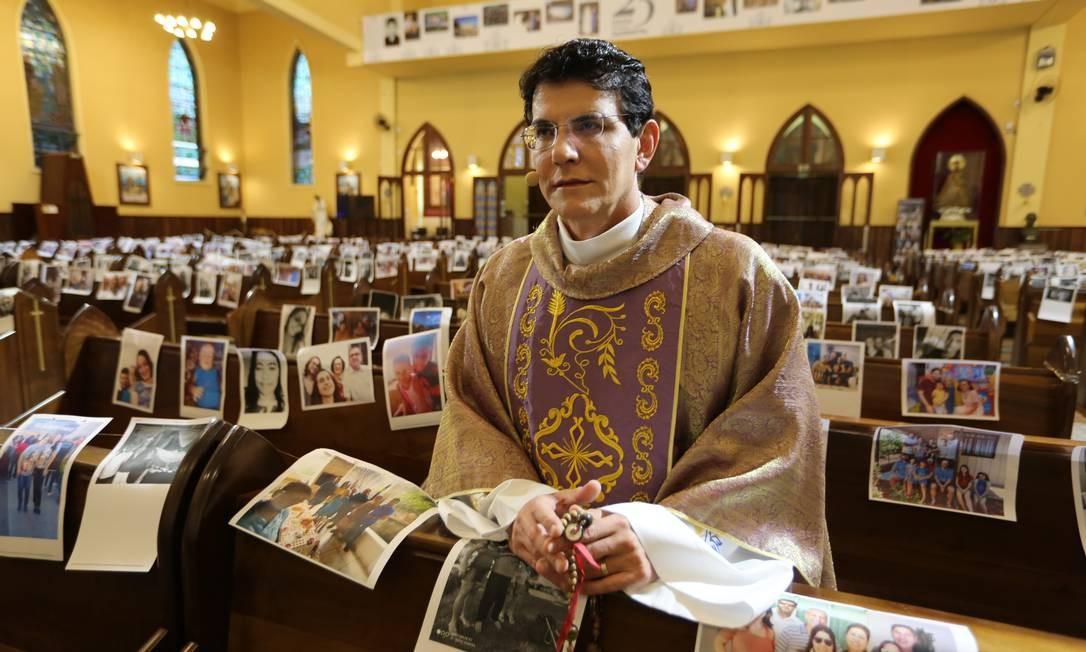 O padre Reginaldo Mazotti no Santuário de Nossa Senhora de Guadalupe em Curitiba: ele ministra missas para bancos ocupados por fotos de fiéis Foto: Divulgação