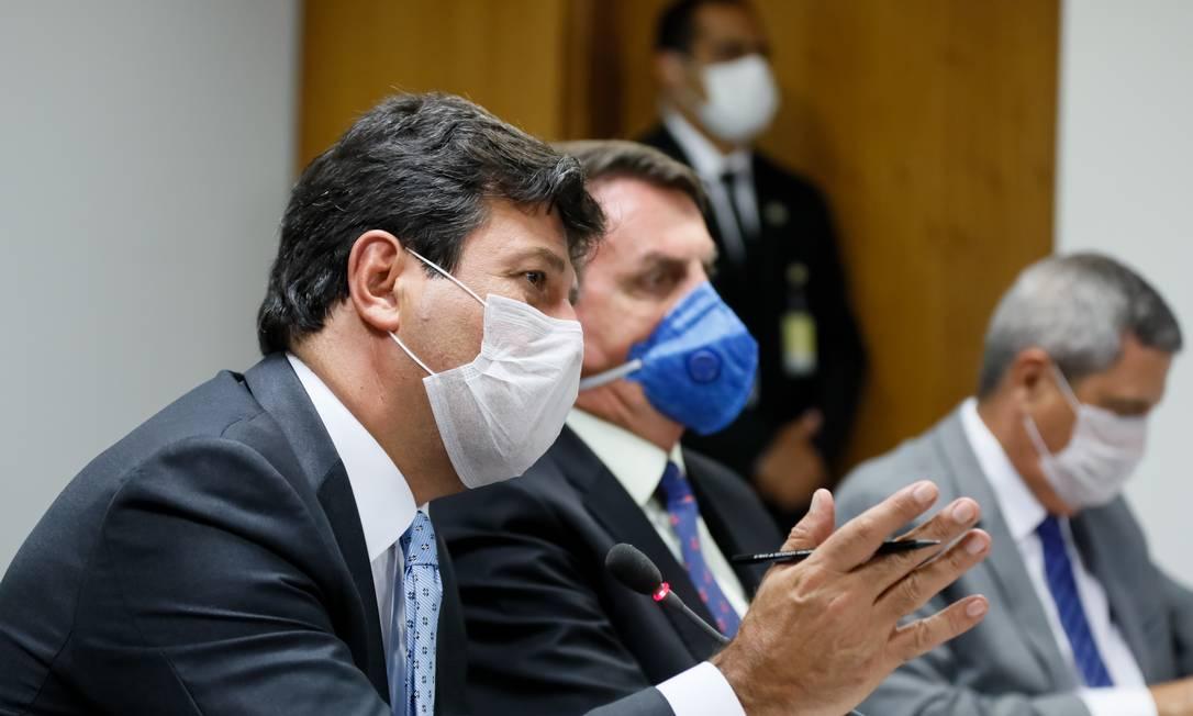 O ministro da Saúde, Luiz Henrique Mandetta, e o presidente Jair Bolsonaro participam de videoconferência com empresários Foto: Isac Nobrega/Presidência