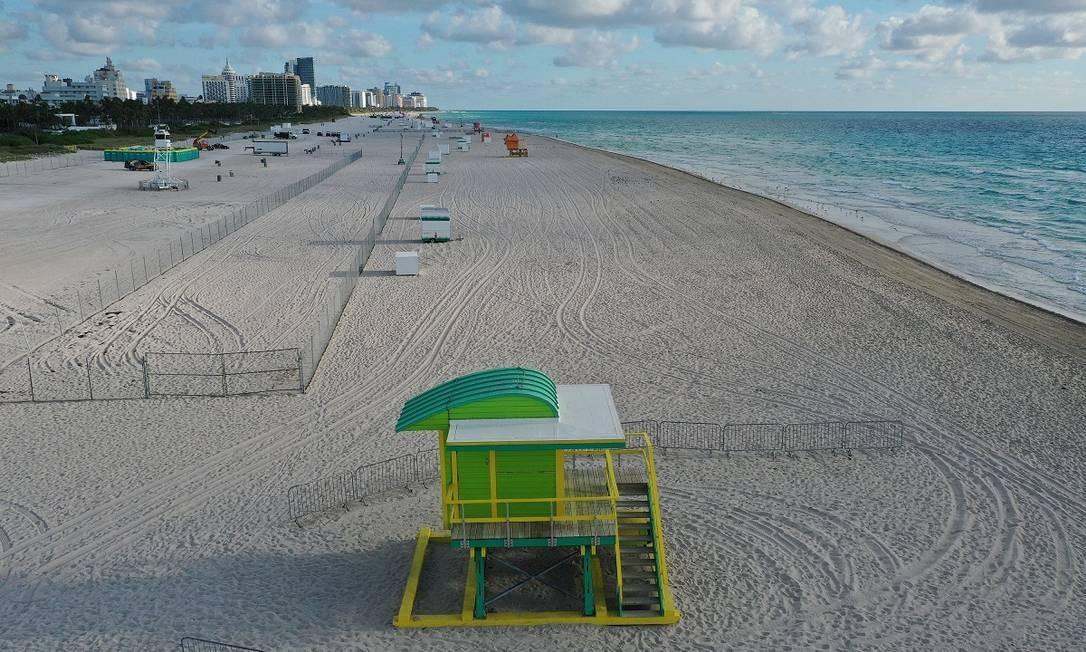 Vista aérea da praia de Miami Beach, interditada aos banhistas para evitar aglomerações. A medida é uma das tomadas por autoridades locais para conter a disseminação do novo coronavírus Foto: JOE RAEDLE / AFP