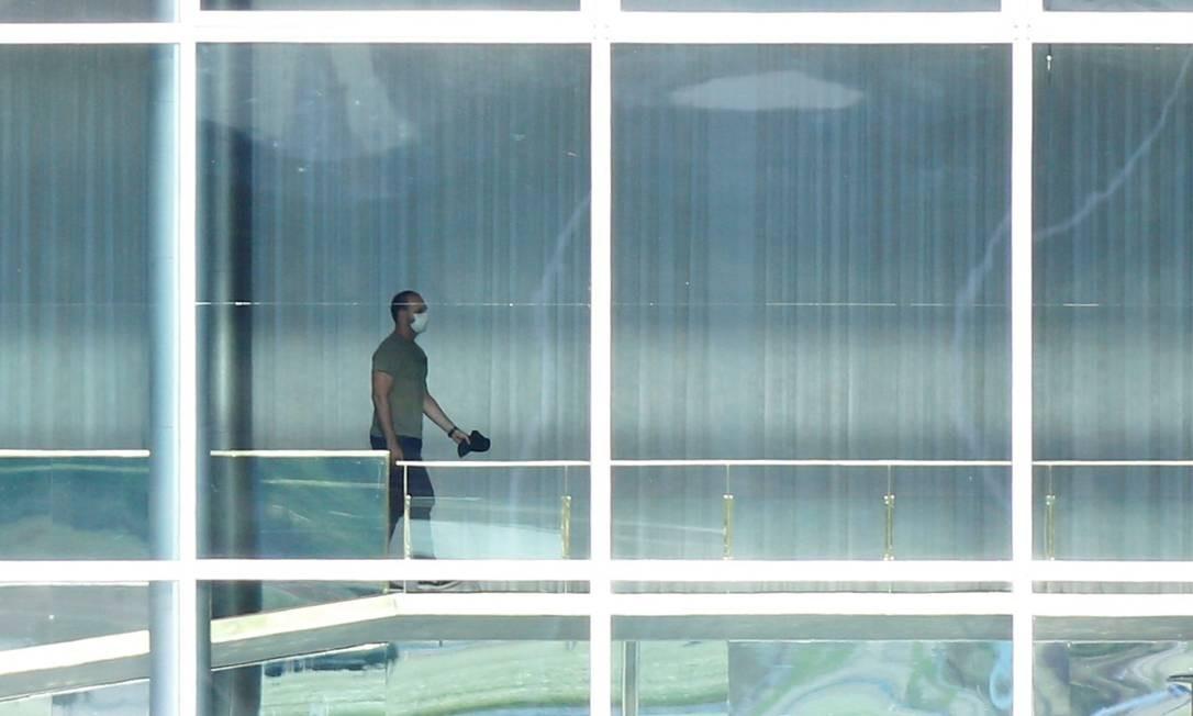 Eduardo Bolsonaro caminha de máscara no Palácio da Alvorada: crise com a China Foto: ADRIANO MACHADO / REUTERS