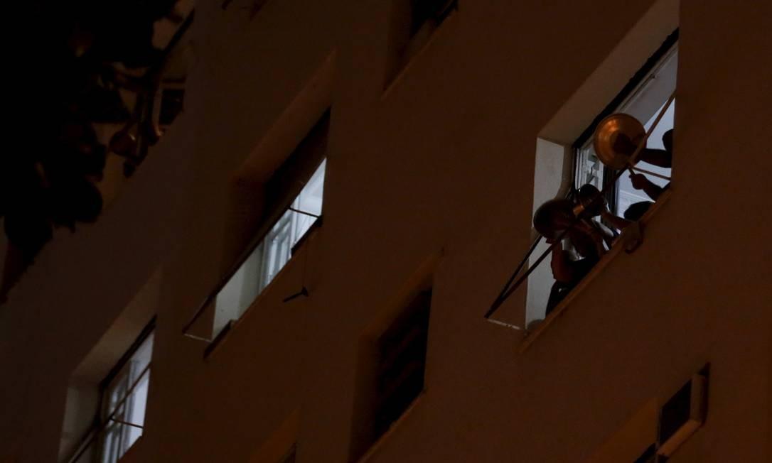 Moradores do centro do Rio fazem panelaço contra Bolsonaro 18/03/2020 Foto: Marcelo Theobald / Agência O Globo