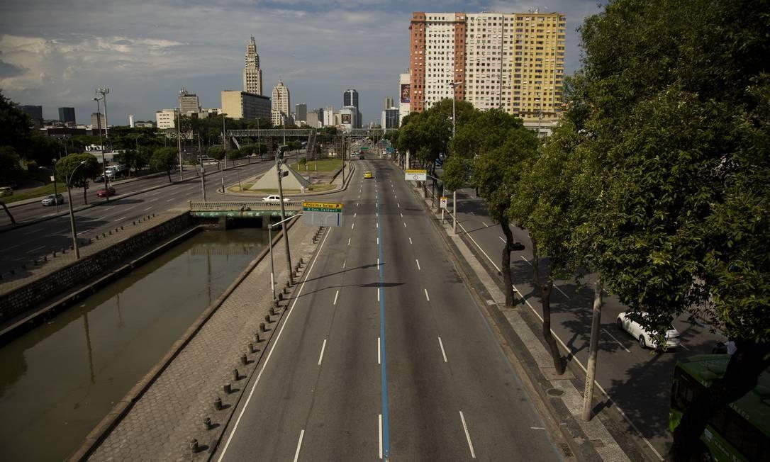 Avenida Presidente Vargas com pouco movimento de carro na altura do monumento a Zumbi dos Palmares Foto: Gabriel Monteiro / Agência O Globo