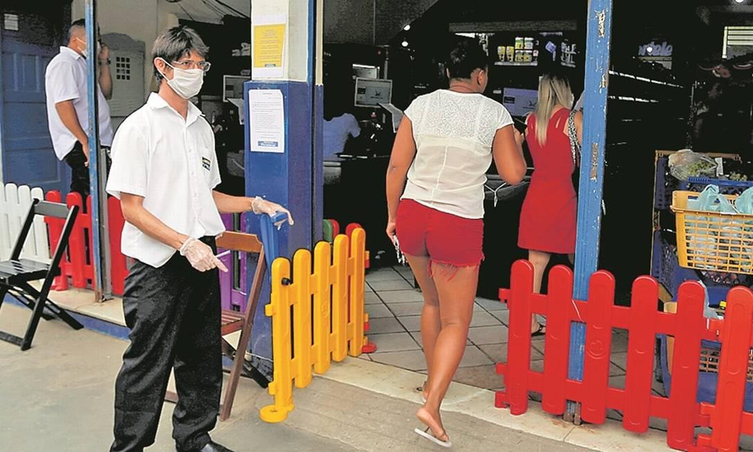 Em supermercado da região, funcionários usam máscaras e só deixam entrar doze clientes por vez Foto: Agência O Globo / Fabiano Rocha