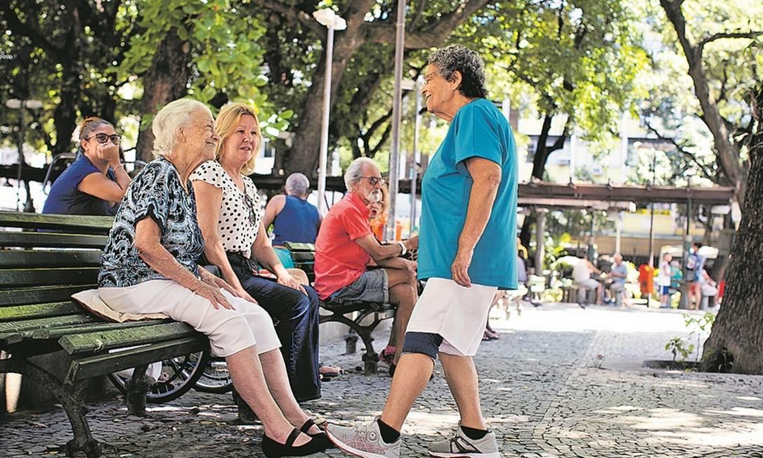Idosos se reúnem em Copacabana, bairro que concentra população com mais de 60 anos: as amigas vão para a rua, mas se cumprimentam com os pés Foto: Márcia Foletto / Agência O Globo