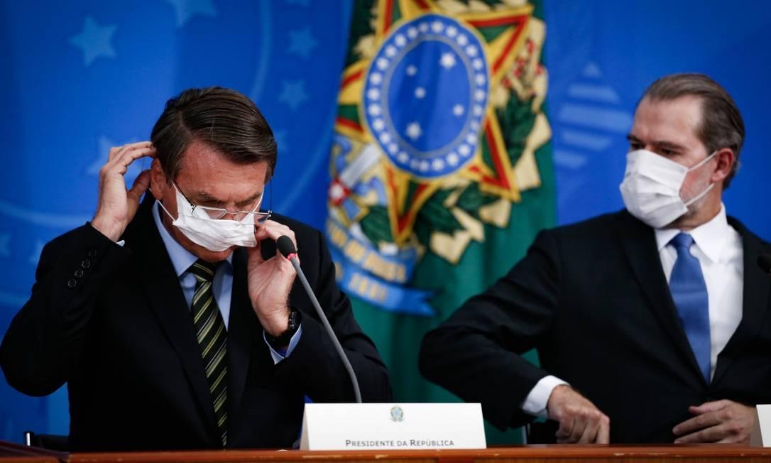 Usando máscaras, Bolsonaro e o presidente do STF, Dias Toffoli, participaram de entrevista coletiva na última semana Foto: Pablo Jacob/Agência O Globo