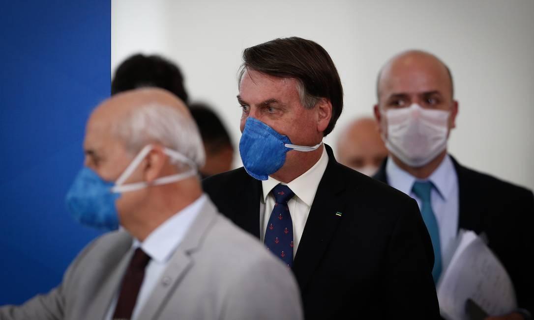 Presidente apareceu mascarado durante coletiva do imprensa com Ministro da Saúde Luiz Henrique Mandetta, no Palácio do Planalto, na última sexta-feira Foto: Pablo Jacob