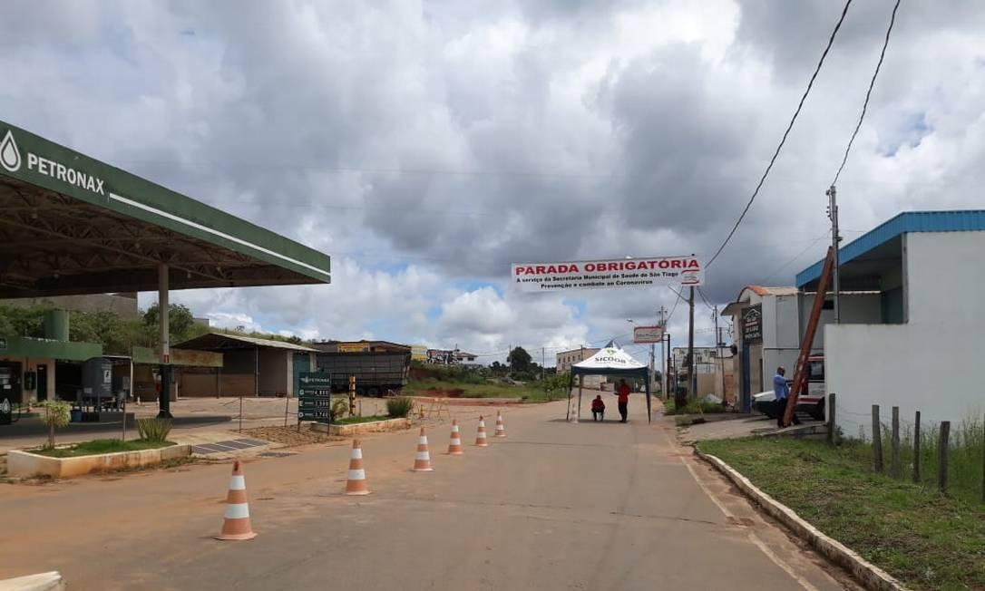 Bloqueios e tenda foram instaladas na entrada principal da cidade de São Tiago (MG), a 200 quilômetros da capital, Belo Horizonte Foto: Divulgação