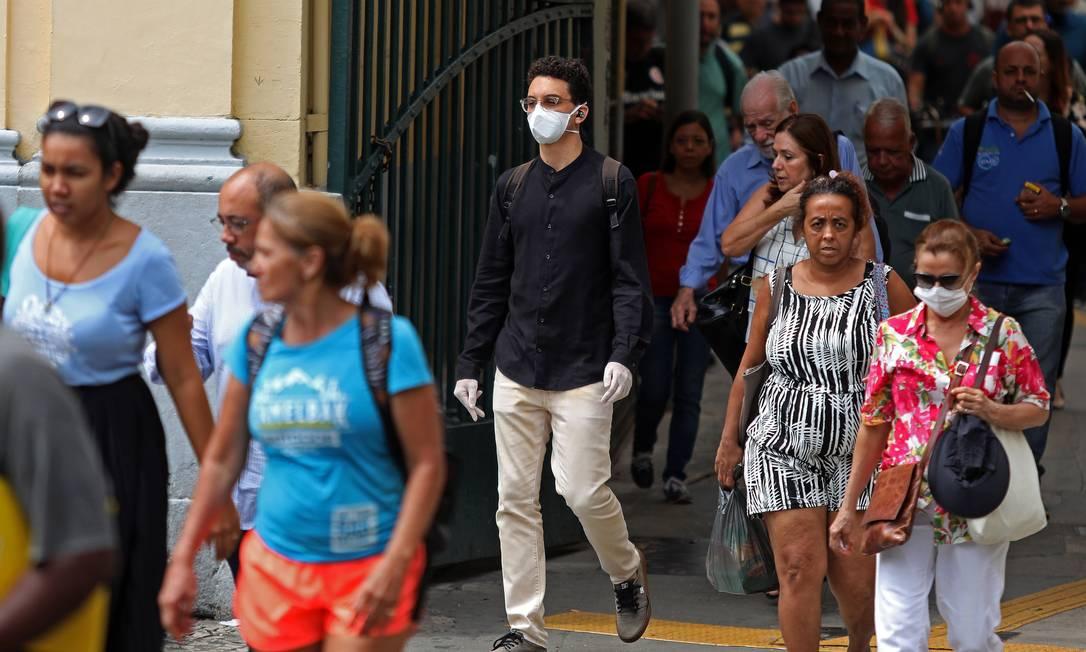 População do Rio circula de máscaras no Centro do município em meio à pandemia do novo coronavírus Foto: Fabio Motta / Agência O Globo