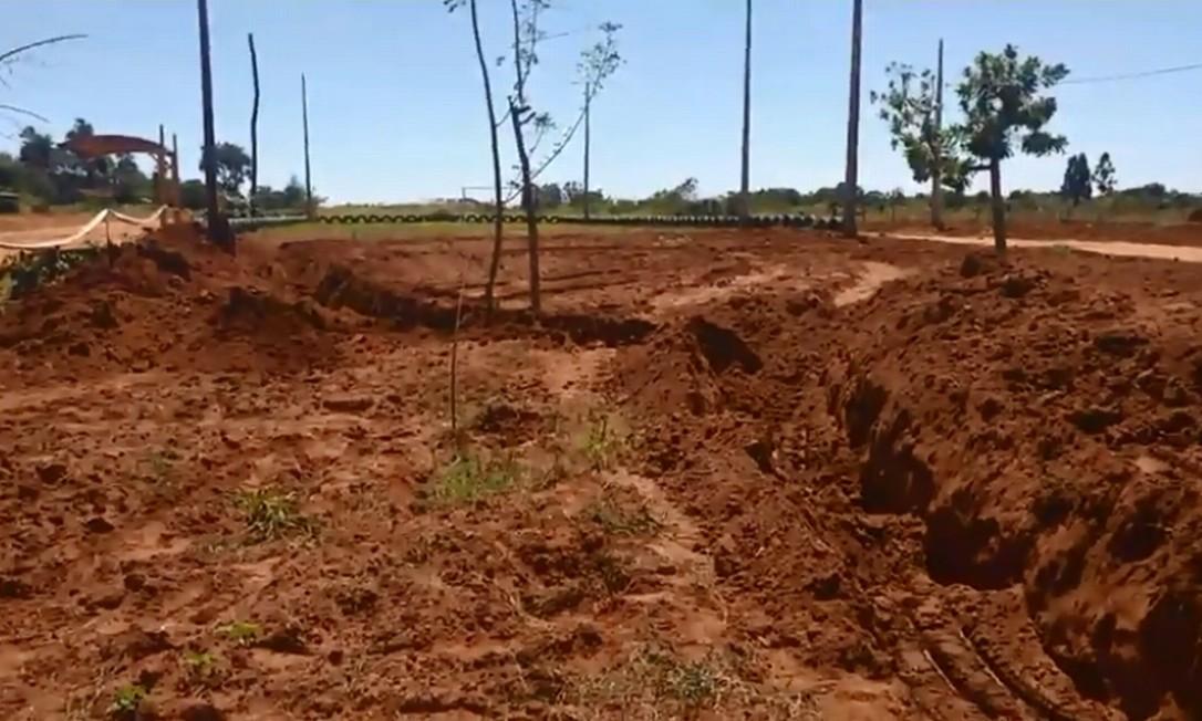 Trincheiras foram cavadas na fronteira de cidade paraguaia com brasileira Foto: Facebook / Reprodução