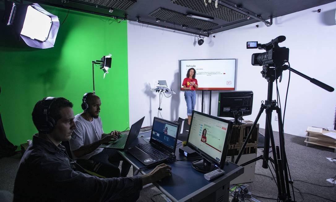 EC EXCLUSIVO Rio de Janeiro (RJ) 20/03/2020 Professores montaram um estúdio com duas salas, com equipamento técnico e iluminação e audio, para atender os alunos em todas as matérias. Professora Priscila Telles dá aula de sociologia. Foto: Ana Branco / Agência O Globo