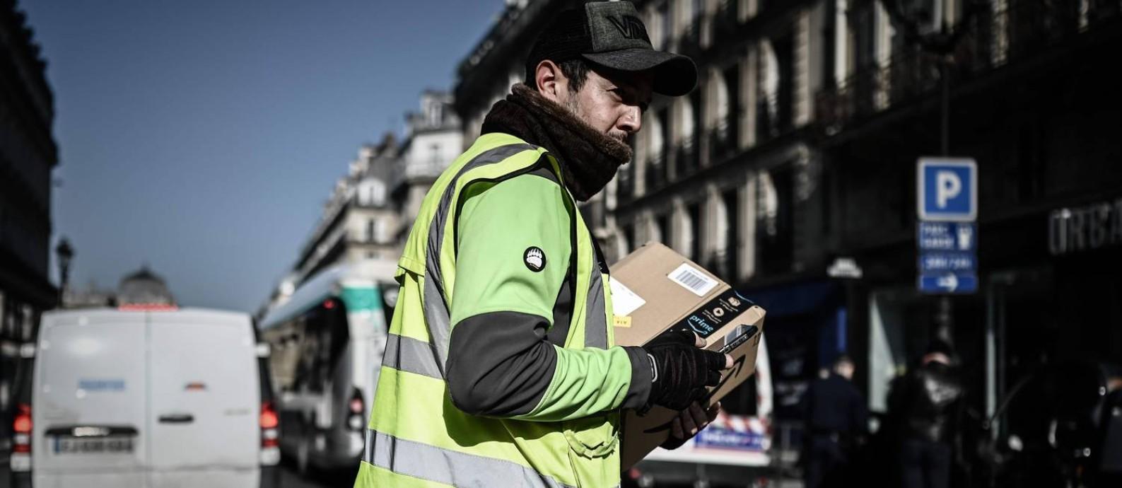 A Amazon anunciou que vai contratar cem mil trabalhadores nos EUA, para dar conta das entregas Foto: PHILIPPE LOPEZ / AFP