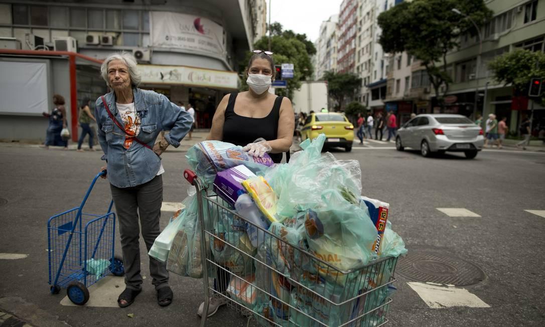Patrícia Rosa, de 58 anos, e a mãe Ilma Serra, 83, foram a supermercado em Copacabana Foto: Márcia Foletto / Agência O Globo