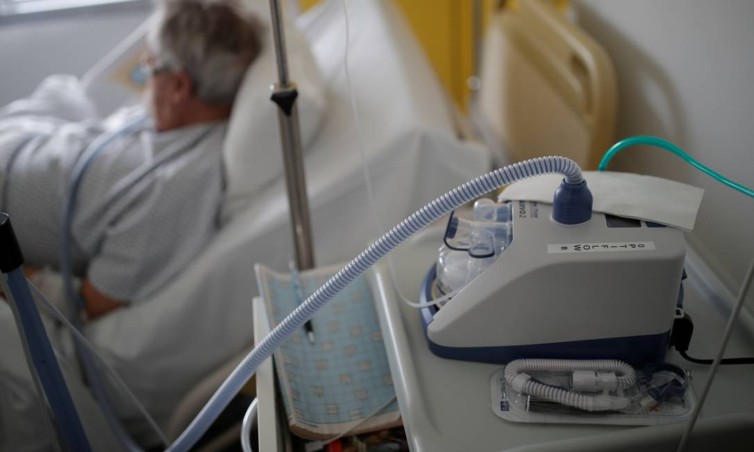 Paciente utiliza ventilação mecânica na França: equipamento é distribuído de forma diferente pelo Brasil e pode salvar vidas em meio à pandemia do novo coronavírus Foto: Stephane Mahe / Reuters