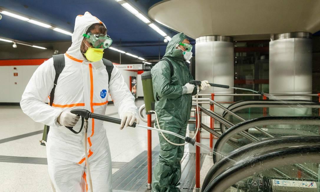 Estações de metrô em Madri são desinfectadas periodicamente: número de mortos na Espanha pelo novo coronavírus chegou a 1.350 no fim da tarde de ontem. Proposta agora é isolar o mais cedo possível casos suspeitos Foto: BALDESCA SAMPER / AFP