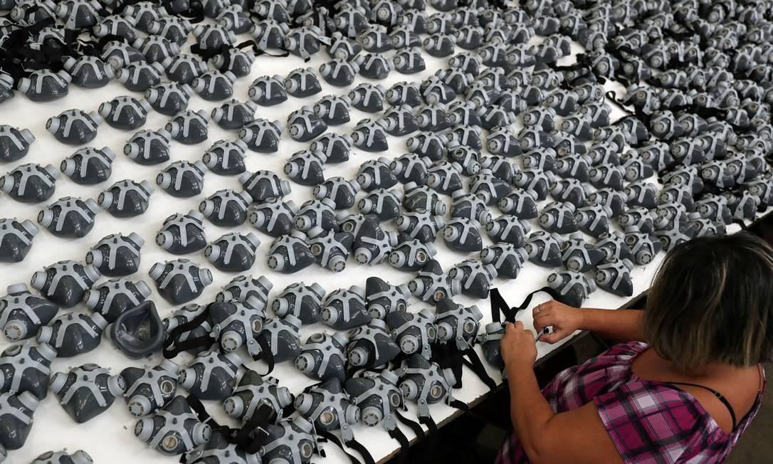Produção extra. Fábrica de máscaras em São Paulo, onde houve aumento da demanda por causa da Covid-19 Foto: Amanda Perobelli / Reuters