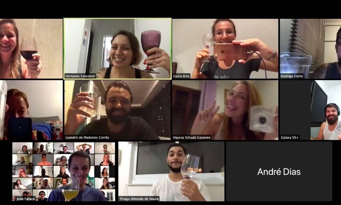 Happy hour. Na última sexta, o encontro dos funcionários da OLX foi por videoconferência Foto: Reprodução