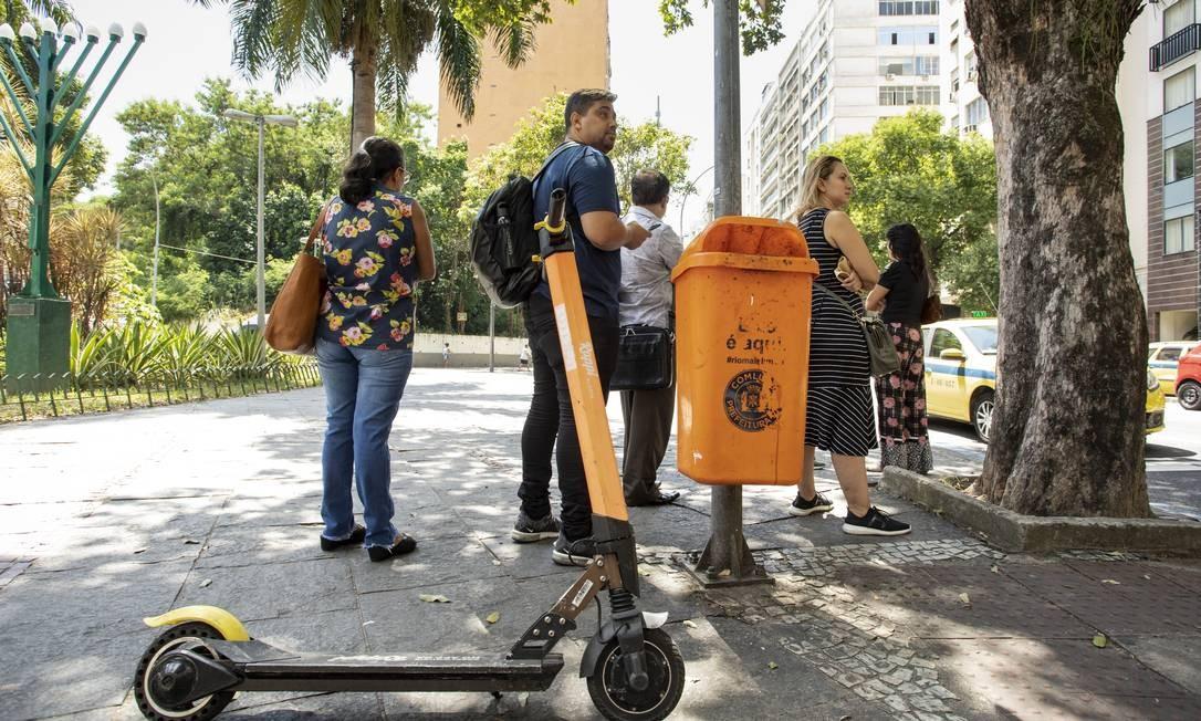 Patinetes deixados na calçada em frente ao sinal de trânsito, junto a na Praça Cardeal Arcoverde Foto: Ana Branco / Agência O Globo