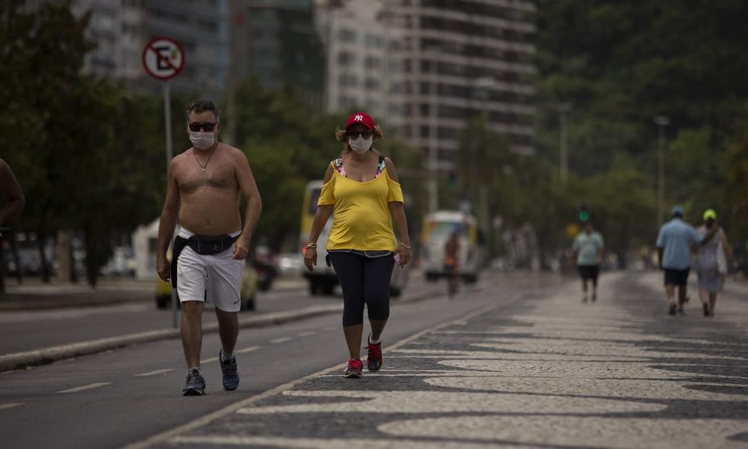 Apesar de pertencerem ao grupo mais vulnerável à Covid-19, doença causada pelo novo coronavírus, alguns idosos insistem em sair às ruas Foto: Gabriel Monteiro / Agência O Globo