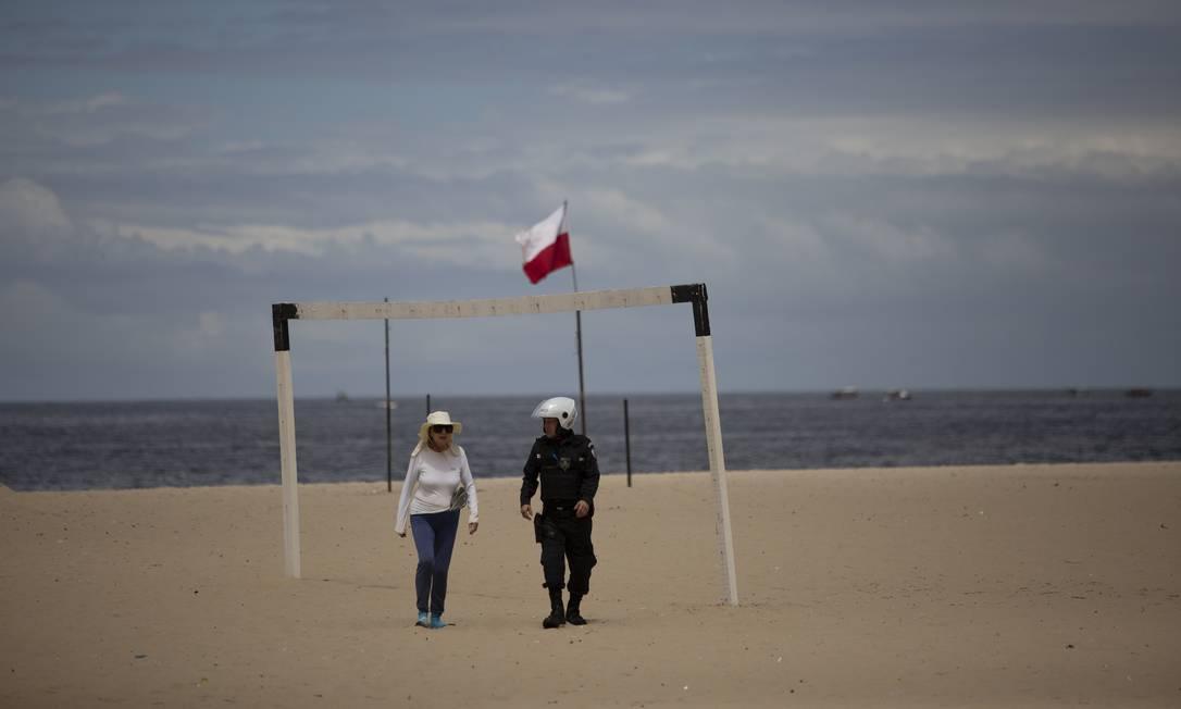 Policiais retiraram das praias algumas poucas pessoas colocavam os pés na areia Foto: Gabriel Monteiro / Agência O Globo