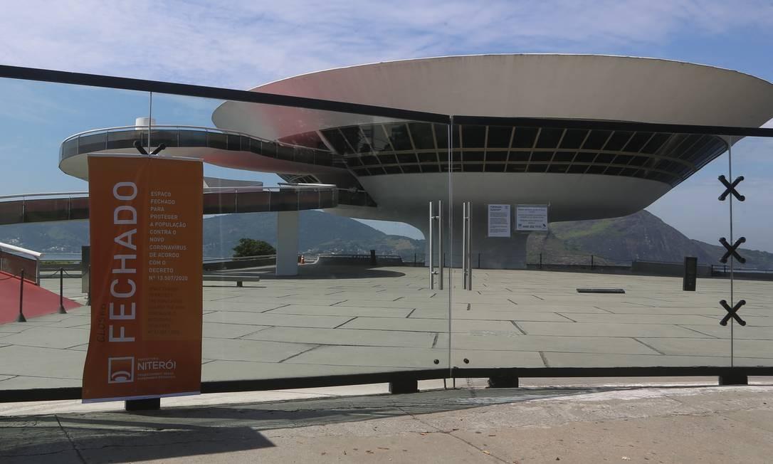 Museu de Arte Contemporânea (MAC), que fica na orla de Icaraí, também está fechado Foto: Fabiano Rocha / Agência O Globo