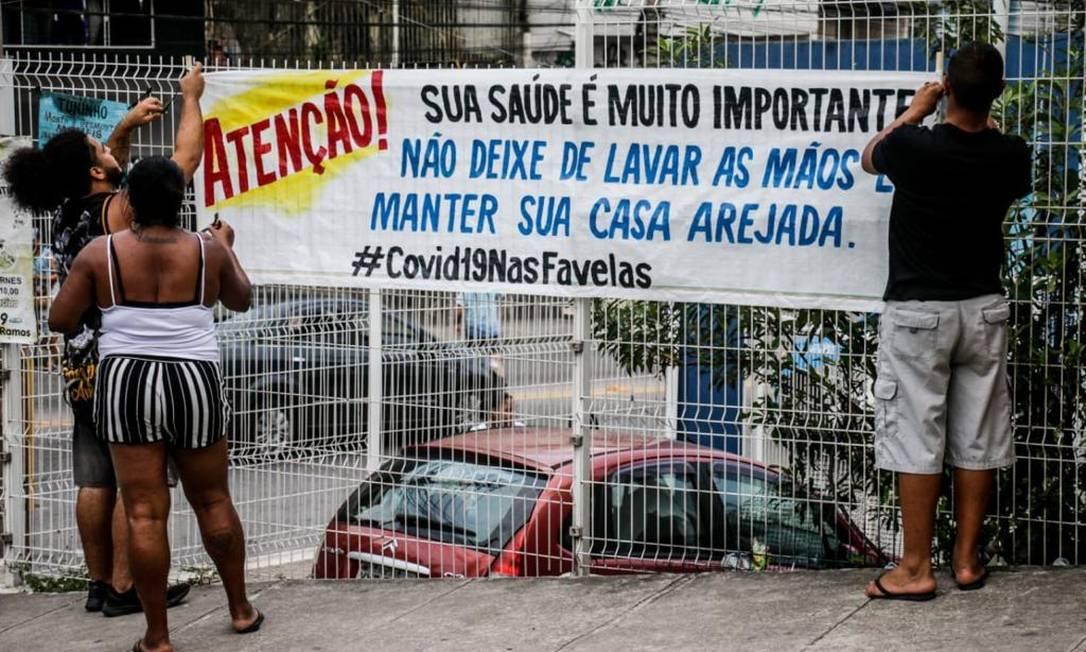 Faixas são espalhadas nas favelas do Complexo do Alemão alertando a população para os riscos da contaminação pelo coronavírus. FOTO Voz das Comunidades Foto: Dvulgação/ Voz das Comunidades