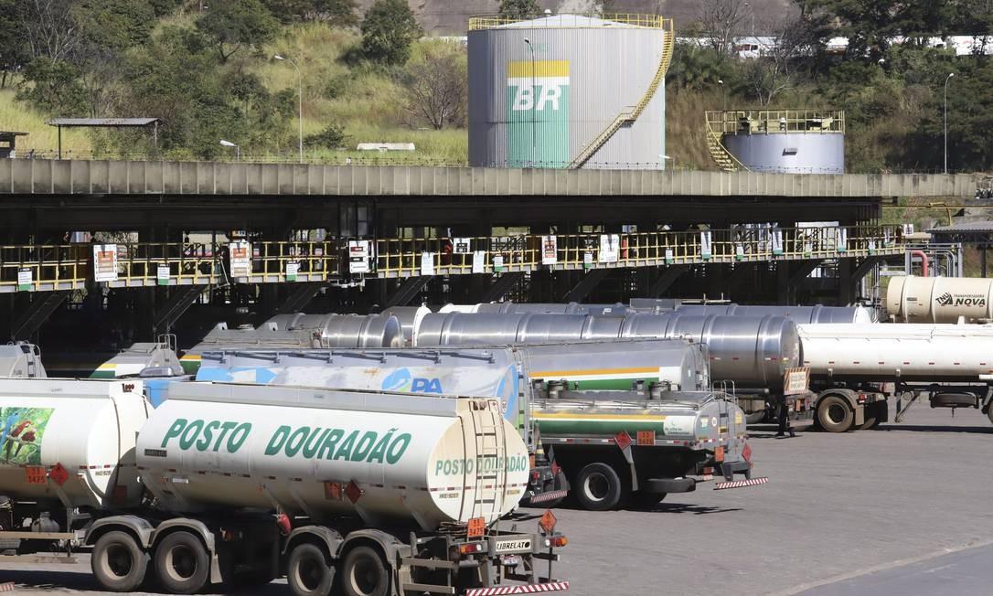 Caminhões-tanque na refinaria Gabriel Passo, em Betim Foto: Ramon Bitencourt / Agência O Globo
