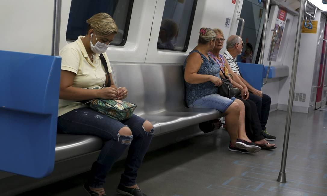 Passageiros com máscara no metrô, na Zona Sul do Rio Foto: FABIANO ROCHA / Agência O Globo