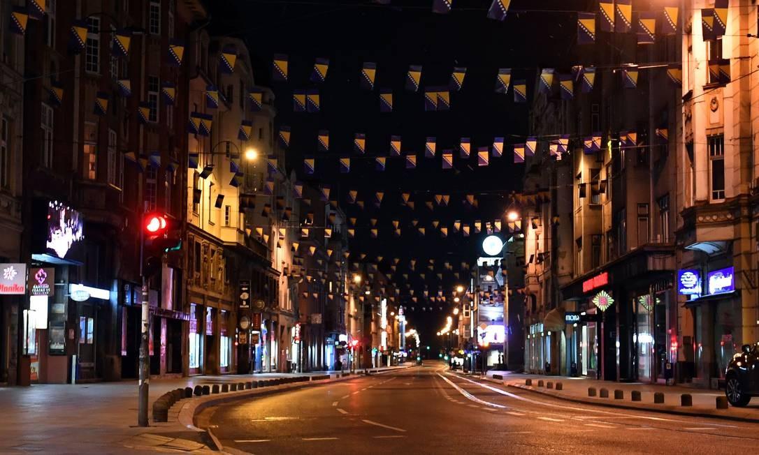 Ruas vazias em Sarajevo, capital da Bósnia, na noite do último domingo (22) após o governo declarar estado nacional de calamidade para conter a disseminação do Sars-CoV-2 Foto: ELVIS BARUKCIC / AFP